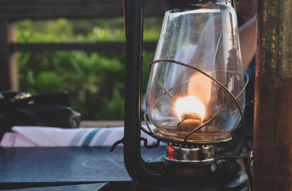 Skab stemning i orangeriet med dæmpet belysning. Vælger du levende lys, holder du endda myggene væk.