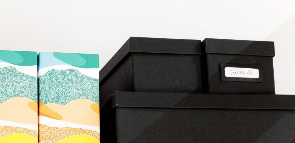 Opbevar dine ting i kasser og skabe, så de ikke fylder unødigt på soveværelset.