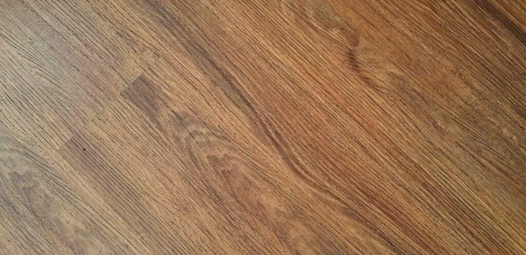Drop gulvtæppet, når du indretter dit soveværelse. Lad i stedet trægulvet være synligt. Gulvtæpper samler støv og er besværlige at rengøre.